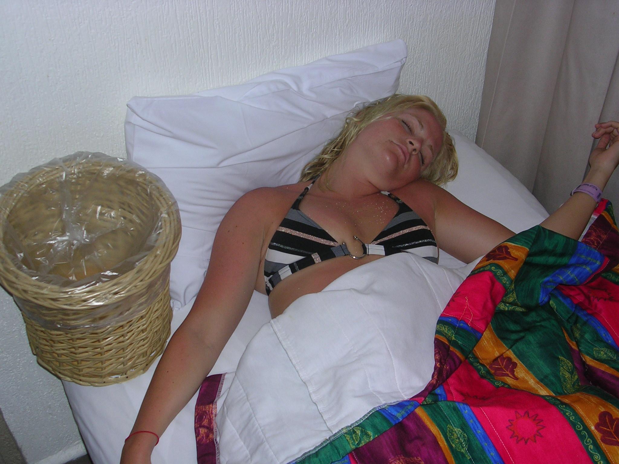Спящим Телкам Суют В Рот
